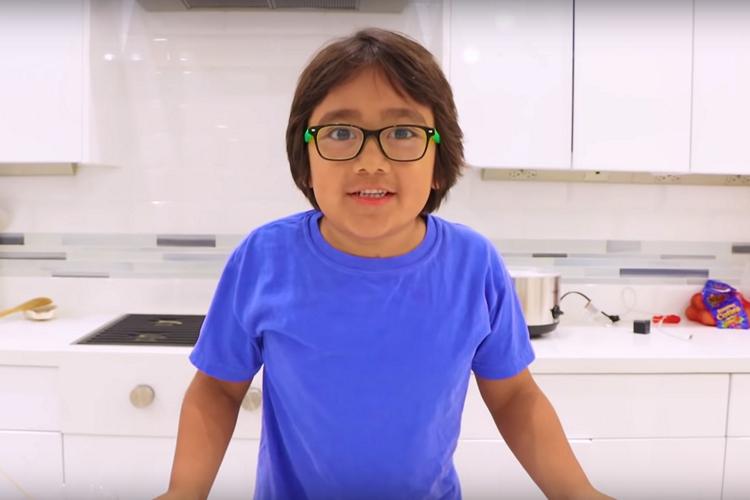 Этот 8-летний YouTuber заработал 26 миллионов долларов в 2019 году