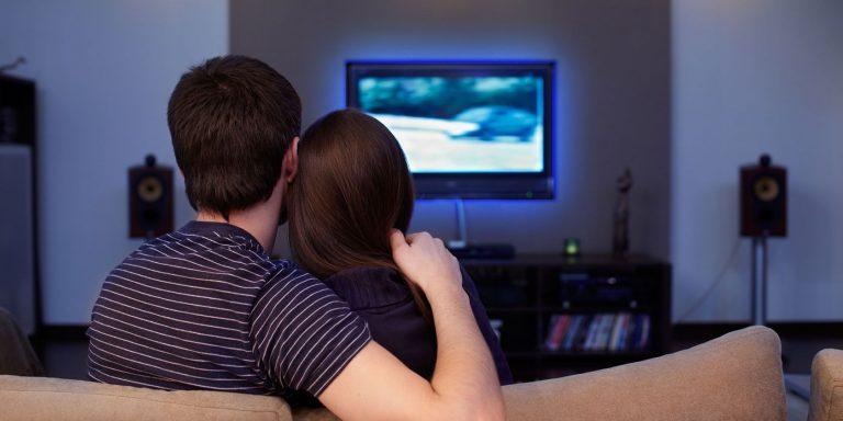 7 лучших комплектов подсветки телевизора для приятного фонового освещения